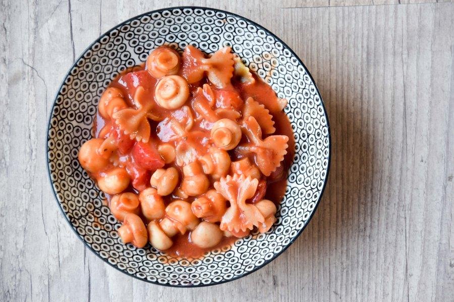 Pasta met zoete tomatensaus metaardbeien
